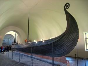Osebergskipet i Vikingskipshuset i Oslo. Skipet ble bygget ca 820. Gravleggingen fant sted i 834. Dendroundersøkelser fra 2009 viser at Osebergskipet er bygget av eik fra Sørvestlandet.